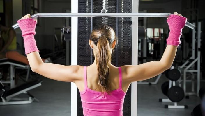 Особенности женского спортивного питания. Все чаще в социуме проскальзывает мода на здоровый образ жизни. В здоровом теле здоровый дух и все тому подобное. Все хотят выглядеть стройными и красивыми, а также как можно реже посещать больницы, и то для профилактики или планового медосмотра. И все чаще обращают свое внимание на спорт. Только проводить целые дни за тренировками вряд ли кто-то может себе позволить, а значит стараются стимулировать организм разными добавками и всем тем, что называют спортивным питанием. Давайте разбираться в такой тонкости, как спортивное питание для женщин. Задача, которую ставит перед собой девушка, идущая в спортзал — это плоский животик, подтянутая кожа и крепкие мышцы. Но не более. Ей незачем иметь бицепсы и фигуру бодибилдера. Таким образом сразу исключаем гейнеры, которые способствуют набору веса и массы в мышцах. Также внимательно смотрим на те препараты, которые повышают уровень тестостерона, который может нарушить гормональный фон прекрасного женского организма. Обратить внимание стоит на протеиновые добавки, которые полезны не только в качестве спортивного питания, но и дополнительного источника силы для организма, ослабленного диетами. Конечно, такие добавки есть не только спортивные, но именно эти сделаны специально для того, чтобы поддержать тело спортсмена, которое  испытывает нагрузки и быстро сжигает энергию и жир. Кстати, про жир. Спортивное питание содержит в себе вещь, которая привлекает всех женщин — жиросжигающие препараты. Вот тут надо остановиться более подробно, чтобы наши милые женщины не сожгли вместе с жиром и свое здоровье. Запомните, не пытайтесь сжечь за неделю 5 кг, это губительно для вашего организма. Не идите против матушки-природы, не истязайте себя ради чьих-то канонов красоты! Вы занимаетесь спортом для здоровья, а не для того, чтобы его угробить. Итак, из жиросжигающих средств мы посоветуем вам L-карнитин. Начинайте с маленькой дозы, постепенно ее увеличивая. Постепенно, это не значит, что увеличить вт